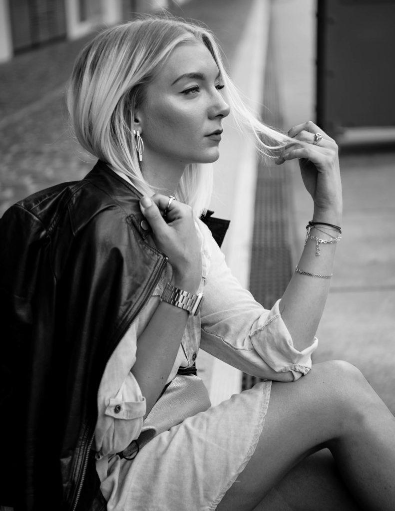 Janna Monzka in schwarz weiß sitzend