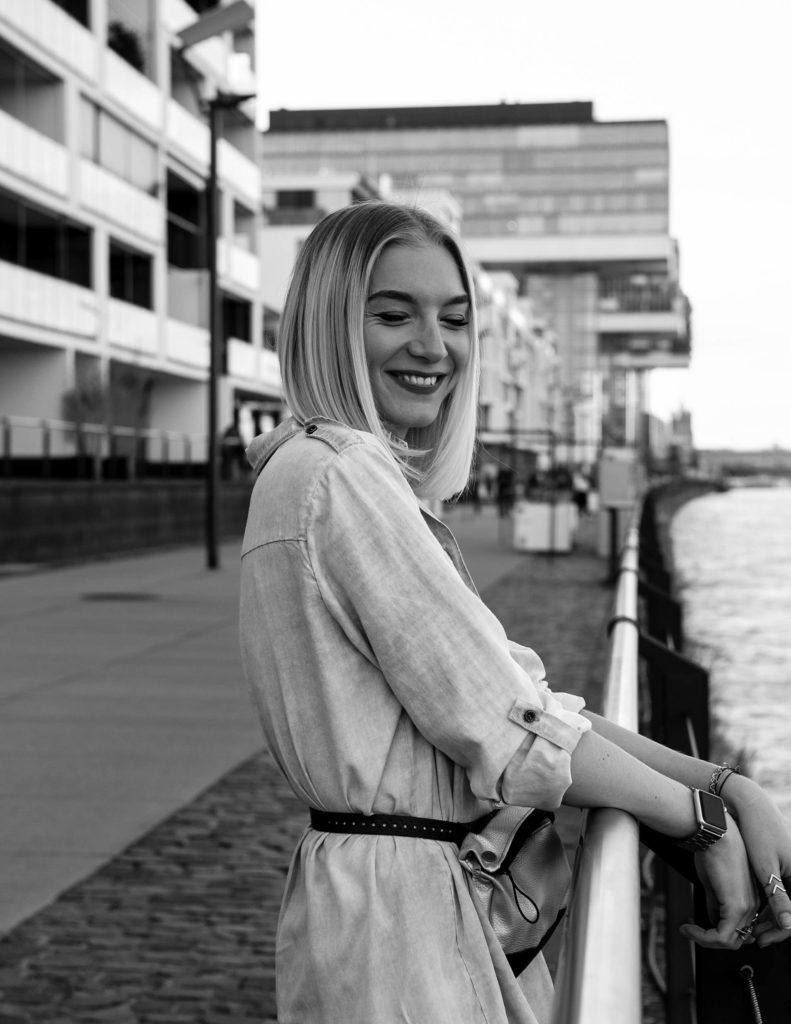 Janna Monzka lächelnd im Kölner Rheinauhafen